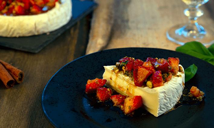 Brie ja mansikkasalaatti