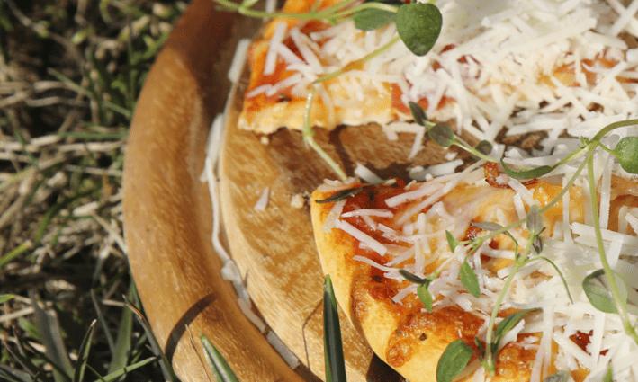 Keväinen pizza picnicillä